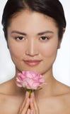 Mujer japonesa con color de rosa una Rose Foto de archivo libre de regalías