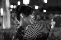 Mujer japonesa con una fan tradicional fotos de archivo