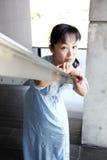 Mujer japonesa inclinada en la verja de la escalera Fotos de archivo