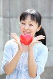 Mujer japonesa joven con el corazón rojo Foto de archivo