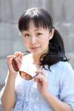 Mujer japonesa joven con las gafas de sol marrones Imagenes de archivo