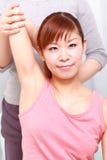 Mujer japonesa joven que consigue quiropráctica Fotos de archivo libres de regalías