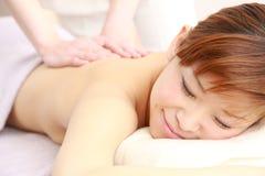 Mujer japonesa joven que consigue un masaje Foto de archivo libre de regalías
