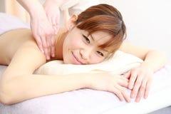 Mujer japonesa joven que consigue un masaje Imagen de archivo