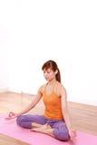 Mujer japonesa joven que hace la meditación Imagen de archivo