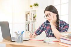 Mujer joven aburrida con el ordenador portátil Imagen de archivo