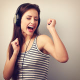 Mujer joven activa de baile en auriculares que canta la canción Vinta Fotografía de archivo libre de regalías