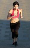 Mujer joven activa que corre arriba Fotografía de archivo