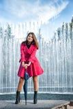 Mujer joven adolescente con el paraguas Imágenes de archivo libres de regalías
