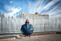 Mujer joven adolescente con el paraguas Imagen de archivo libre de regalías