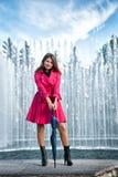 Mujer joven adolescente con el paraguas Imagenes de archivo