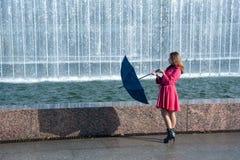 Mujer joven adolescente con el paraguas Fotos de archivo libres de regalías