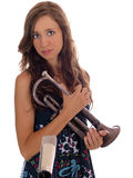 Mujer joven adolescente con la trompeta y el mic viejos Fotos de archivo libres de regalías