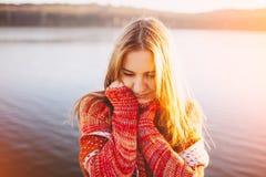 Mujer joven adorable tímida en el lago Imágenes de archivo libres de regalías