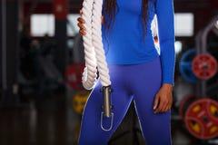 Mujer joven africana con un cuerpo perfecto en un gimnasio de los deportes Concepto de la aptitud imágenes de archivo libres de regalías