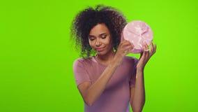 Mujer joven afroamericana alegre del retrato alegre que baila con la caja de regalo almacen de video