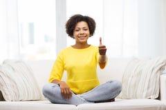 Mujer joven afroamericana feliz en casa Foto de archivo