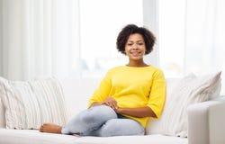 Mujer joven afroamericana feliz en casa Fotografía de archivo libre de regalías