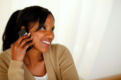 Mujer joven afroamericana que conversa en el teléfono celular Fotografía de archivo libre de regalías