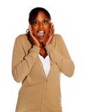 Mujer joven afroamericana que grita en usted Imagen de archivo