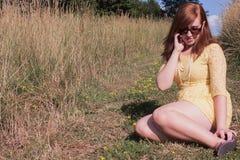Mujer joven afuera en el teléfono Imagenes de archivo