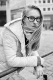 Mujer joven afuera en un día ventoso Fotos de archivo libres de regalías
