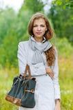 Mujer joven agradable con el bolso Imagen de archivo
