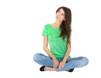 Mujer joven aislada que se sienta en piernas cruzadas en la tierra. Fotografía de archivo