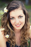 Mujer joven al aire libre Fotos de archivo libres de regalías