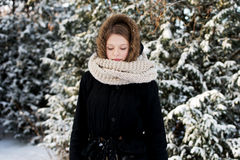 Mujer joven al aire libre en el invierno Foto de archivo