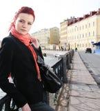 Mujer joven al aire libre en el puente Fotos de archivo libres de regalías