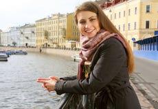Mujer joven al aire libre en el puente Fotografía de archivo