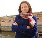 Mujer joven al aire libre en el puente Imagen de archivo