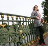 Mujer joven al aire libre en el puente Foto de archivo