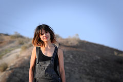 Mujer joven al aire libre en guardapolvos Foto de archivo libre de regalías