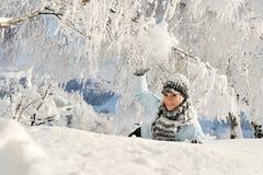 Mujer joven al aire libre en invierno Imagen de archivo libre de regalías