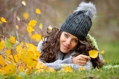 Mujer joven al aire libre en otoño Imagen de archivo libre de regalías
