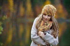 Mujer joven al aire libre en otoño Fotos de archivo libres de regalías