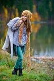 Mujer joven al aire libre en otoño Foto de archivo