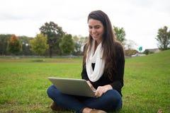 Mujer joven al aire libre que sonríe Foto de archivo libre de regalías