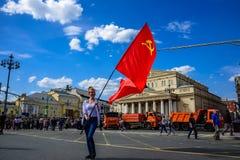 Mujer joven al lado del teatro de Bolshoi que sostiene una bandera roja de la Unión de Repúblicas Socialistas Soviéticas con el m Foto de archivo