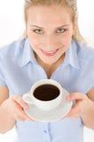 Mujer joven alegre con café Foto de archivo libre de regalías