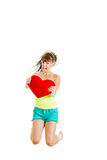 Mujer joven alegre con el salto grande del corazón de la sorpresa fotografía de archivo libre de regalías
