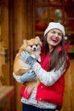 Mujer joven alegre con un animal doméstico Fotos de archivo