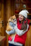 Mujer joven alegre con un animal doméstico Fotografía de archivo libre de regalías