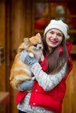 Mujer joven alegre con un animal doméstico Imágenes de archivo libres de regalías