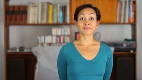 mujer joven alegre en casa metrajes