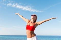 Mujer joven alegre en el mar Foto de archivo