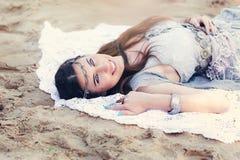 Mujer joven alegre hermosa con los ojos azules Fotografía de archivo