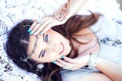 Mujer joven alegre hermosa con los ojos azules que mienten en la playa Fotos de archivo